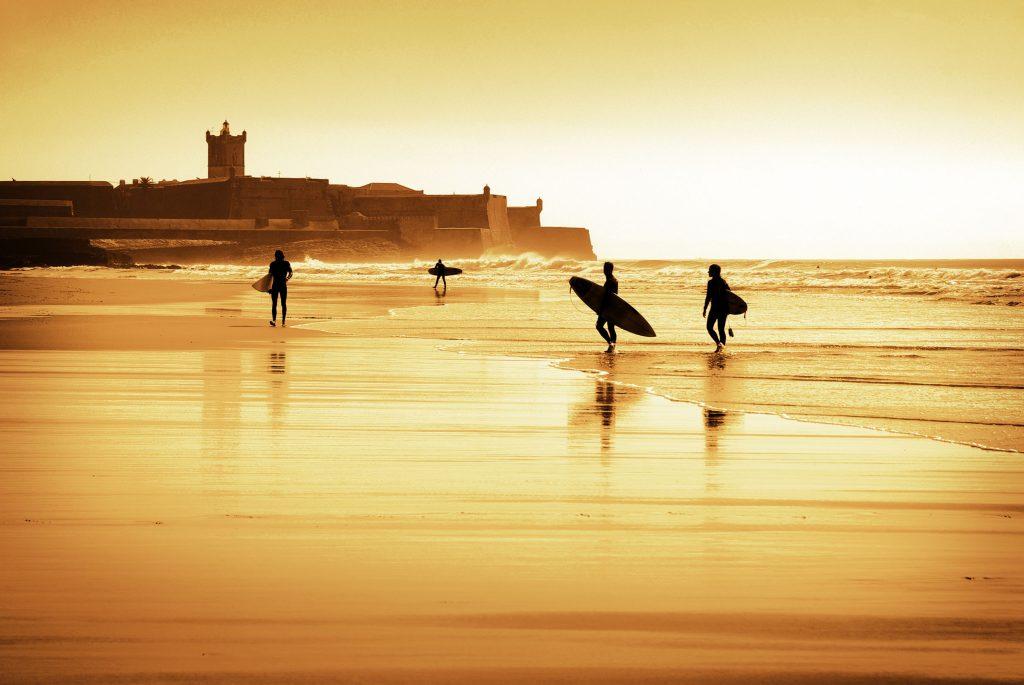 La plage de Carcavelos est un spot de surf incontesté qui rappelle les vagues Landaises d'Hossegor (rapides et creuses)