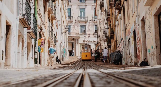 Rua da bica avec le fameux funiculaire, une des rues les plus insolites de Lisbonne à découvrir pendant une visite guidée à pied